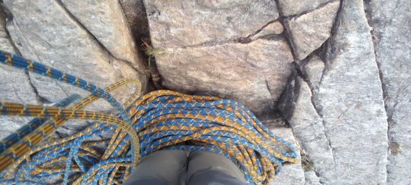 Multi pitch rock climbing techniques. Organising your ropes on a small stance